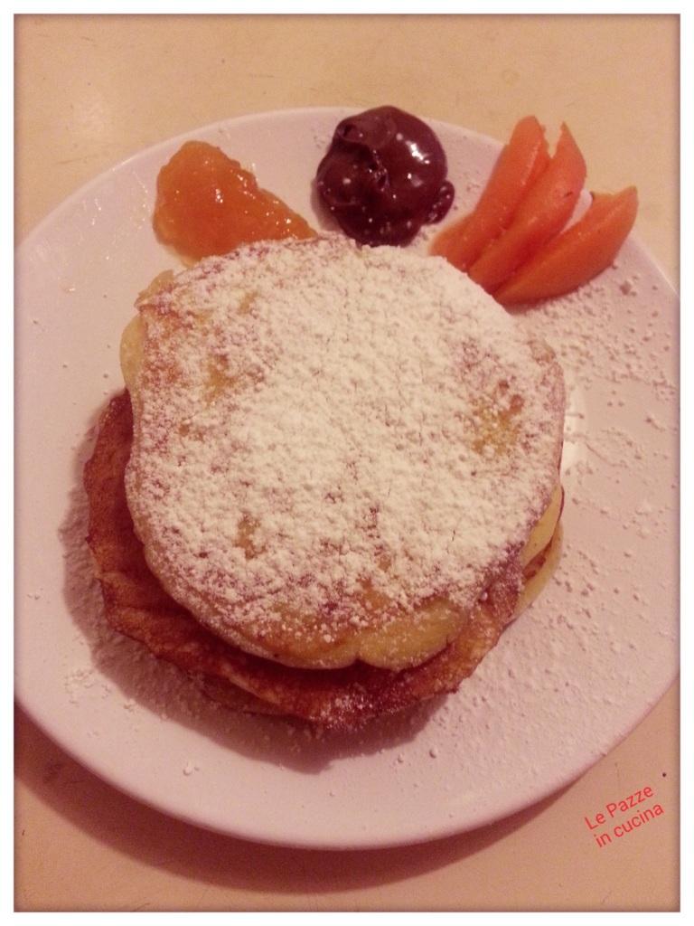 Pancakes dolci con marmellata e cioccolata